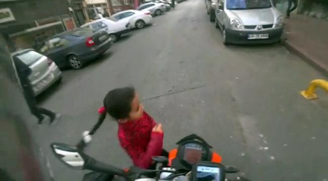 Motosikletin altında kalmaktan kıl payı kurtuldu