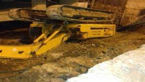 Yol çöktü park halindeki iş makinesi devrildi