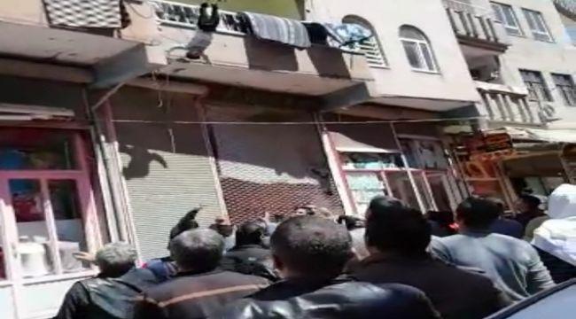 Balkondan düşen çocuğun havada yakalanması kamerada