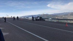 Bariyere saplanan otomobil uçuruma düşmekten kurtuldu