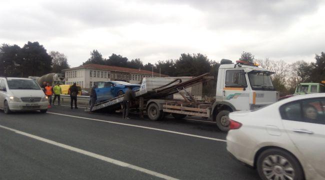 Bariyerlere çarpan servis aracı devrildi