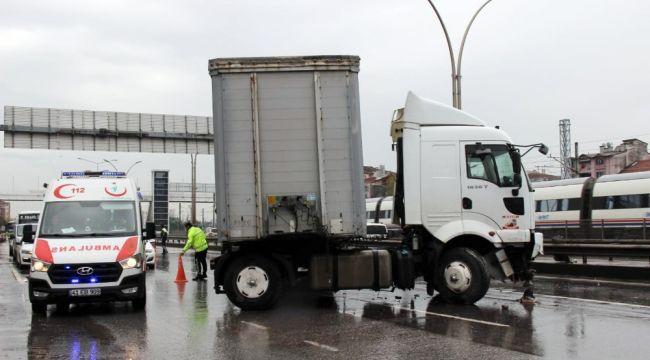 Bariyerlere çarpan tır D-100'de trafiği felç etti
