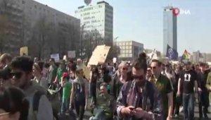 Berlin'de artan kiralar protesto edildi