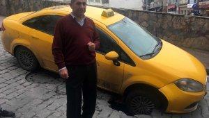 Beyoğlu'nda yol çöktü: taksi tekeri çukura girdi