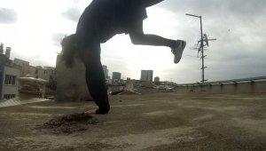 Bina çatısına tırmanan gençlerin tehlikeli oyunu kamerada
