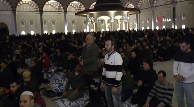Binlerce kişi Çamlıca Camii'ne akın etti