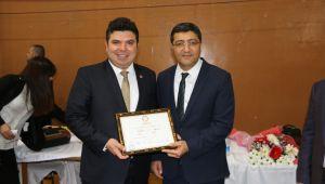 Buca Belediyesi'nin genç başkanı Erhan Kılıç mazbatasını aldı