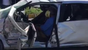 Erken doğan bebeği taşıyan ambulans otomobile çarptı