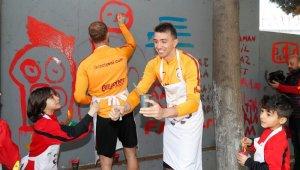 Fatih Terim ve minik futbolcular duvarları boyadı