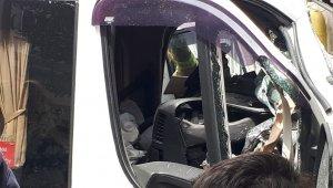 Freni patlayan minibüs apartmana daldı