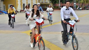 Gelin ve damat bisikletli konvoyla mutluluğa pedal çevirdi