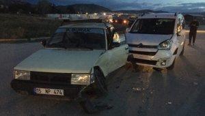 İki araç çarpıştı: Ön koltuğa oturtulan küçük kız ağır yaralandı