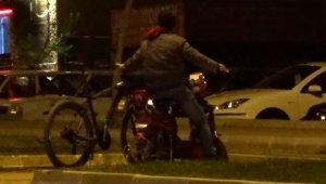 İki bisikleti aynı anda kullandı