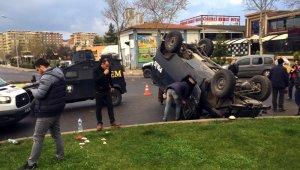 İki zırhlı araçların çarpışma anı kamerada: 1 polis yaralı