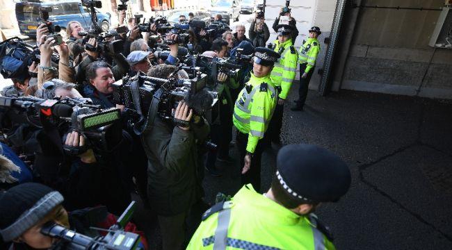 """İngiliz polisi: """"Julian Assange iade talebiyle ABD yetkilileri adına tutuklandı"""""""