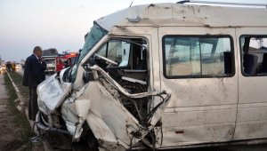 İşçi servisi ile otomobil kafa kafaya çarpıştı: 3 ölü, 8 yaralı