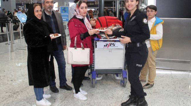 İstanbul Havalimanı'nda polislerden yolculara pasta ikramı