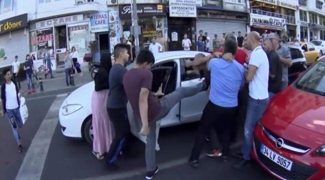 İstanbul'un göbeğinde aile boyu kavga kamerada