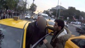 İstanbul'un göbeğinde taksici ile motosikletlinin kavgası kamerada