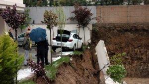 istinat duvarı çöktü, otomobil askıda kaldı