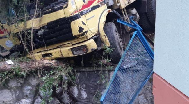 Kontrolden çıkan kamyon su tesisine uçtu: 1 ölü, 2 yaralı