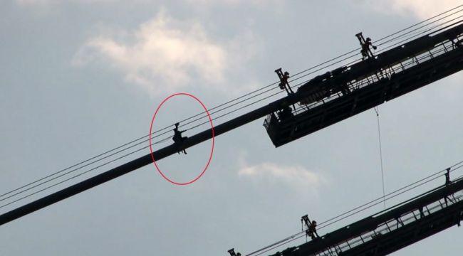 Köprü halatına tırmanan şahıs ikna edilerek indirildi