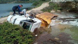 Mersin'de yol çöktü, kamyon devrildi