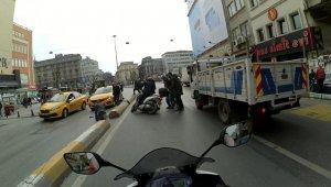 Motosikletlinin el arabalı adama çarptığı anlar kamerada