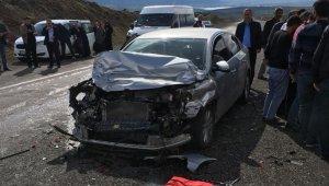 Otomobil tıra çarptı: 3 yaralı