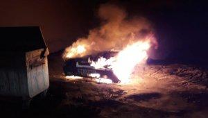 Park halindeki araç yanarak hurdaya döndü
