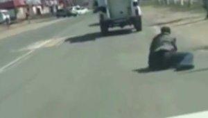 Polis aracından düşen zanlı kaçtı, olay anı kameraya yansıdı
