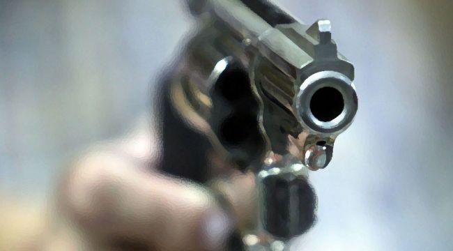 Polis memuru, kendisine bıçakla saldıran şahsı vurdu