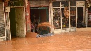 Sağanak yağış Silvan'ı vurdu, vatandaşlar iş yerlerinde mahsur kaldı