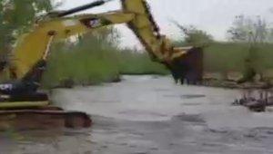Selde mahsur kalan traktör kepçeyle kurtarıldı