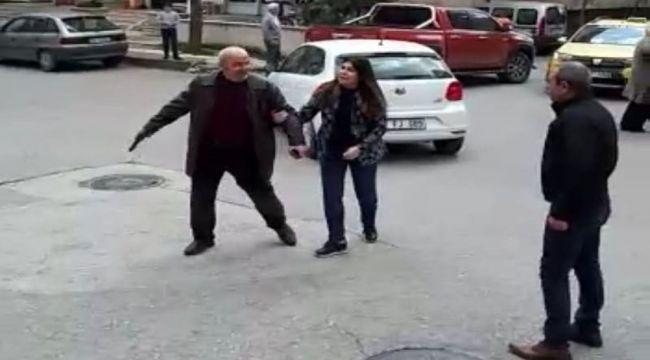 Silah çeken babayı kızı ikna etti