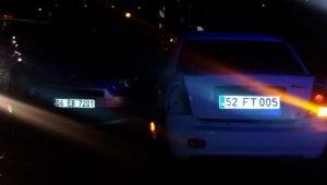 Tır sıkıştırınca bariyerlere giren araca otomobil çarptı: 6 yaralı