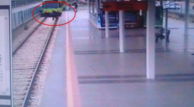 Trenin önüne kendini böyle attı