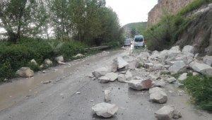 Yağış nedeniyle dağdaki kayalar yola düştü