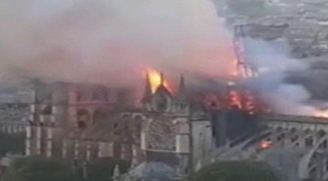 Yanan Notre Dame Katedrali'nin kulesi çöktü