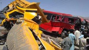 Yolcu otobüsüne damperli kamyon çarptı: 6 ölü, 21 yaralı