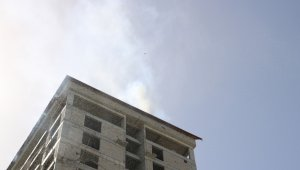 15 katlı inşaatın çatısında yangın çıktı