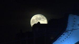 19 Mayıs'la dolunayın al bayrakla görüntüsü mest etti