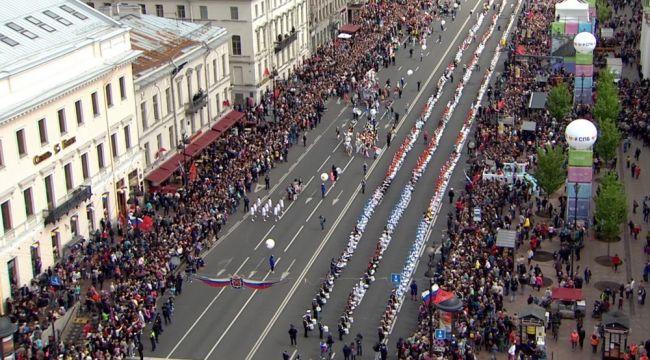 556 Rus birlikte davul çalarak rekor kırdı