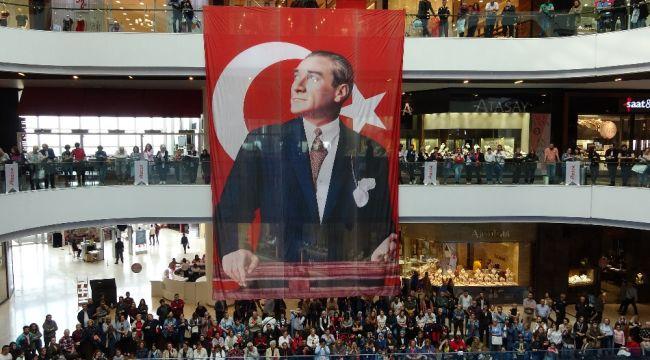 Atatürk'ün kıyafetlerinden esinlenilen defileye büyük ilgi