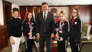 Başkan Tugay'dan şampiyon jimnastikçilere teşekkür: 'Gururumuz oldunuz'