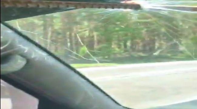 Demir aracın ön camından girdi: Sürücü ölümden döndü