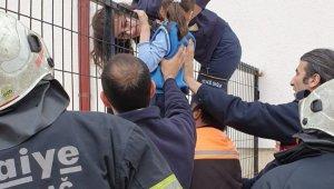 Eli demir korkuluklara sıkışan çocuğu kurtarma operasyonu