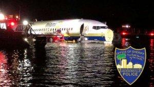 Florida'da uçak pistten kayıp nehre girdi