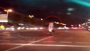Motosiklet üzerinde ayağa kalktı: Genç kızın tehlikeli yolculuğu kamerada