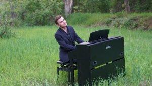 Ödüllü piyanistten traktör römorkunda piyano resitali